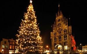 Árbol de Navidad situado en la plaza dle mercado de Gouda, donde encontramos el ayuntamiento de estilo gótico.